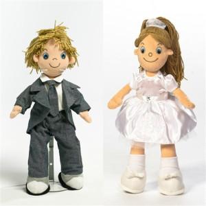 Boneco de pano do noivo e da noiva.