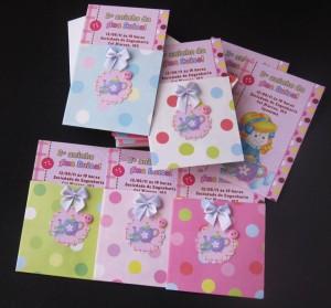 Convites para festas infantis com tema da festa impresso no envelope.