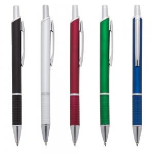 Caneta plástica fosca inteira colorida com detalhes prata. Clip de metal, anel prata e parte inferior da caneta possui detalhes com relevo