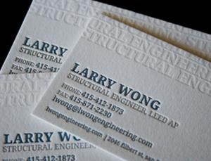 cartão em baixo relevo com impressão em tipografia e relevo seco incolor.