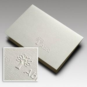 Cartão duplo com impressão relevo seco.