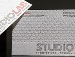 cartão em baixo relevo com impressão em Tipografia em relevo seco incolor.