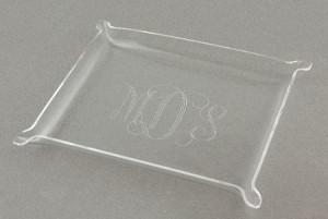Bandeja de acrílico com monograma impresso a laser.