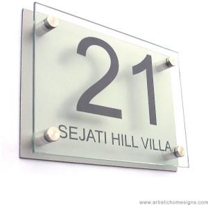 Números e sinalização em vidro com espaçadores e impressão em silk,