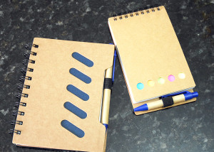 Cadernos ecológicos com canetas