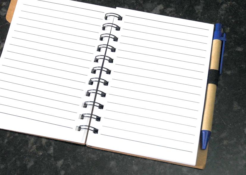 Cadernos ecológicos com pauta.