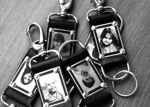 Chaveiros metal com foto impressa.