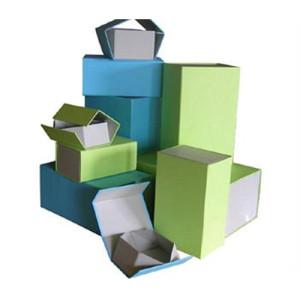 Caixas de papel com fecho magnético.