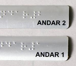 Placas em Braille para corrimão.
