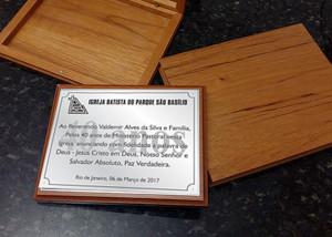 Placa de homenagens com estojo de madeira.