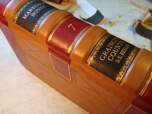 Restauração de livros rj, com capa de couro trabalhada a ouro.