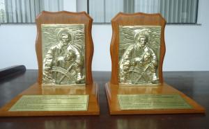 Placas de Bronze aplicadas em madeira.