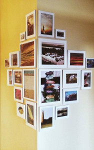 Fotos coloridas de celular em moldura de madeira, para decoração.